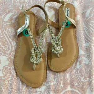 NWT Size 8 silver beaded sandals